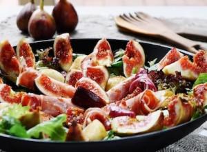 Ensalada de septiembre con higos, jamón y pera