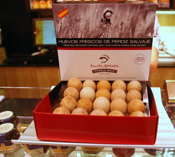 Huevos frescos de perdiz salvaje